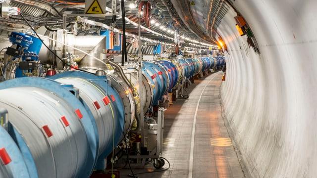 Rohre in einem langen Tunnel.