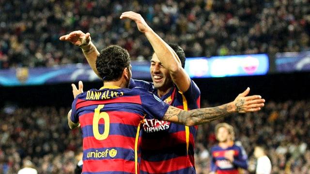 dus ballapedists da Barcelona (t-shirt cun sdrimas cotschen e blau) sa legran