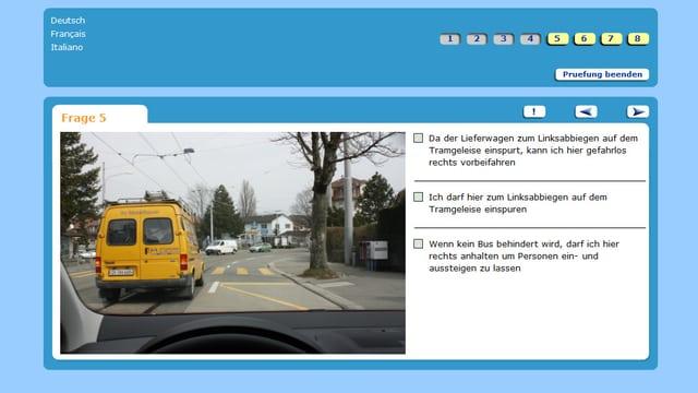 Screenshot einer Fahrprüfung. Links eini Auto auf einem Tramgleis, rechts drei Antworten zum Ankreuzen.