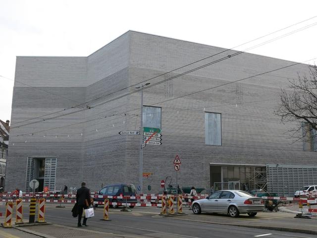 Der Neubau umgeben von Bauabschrankungen.
