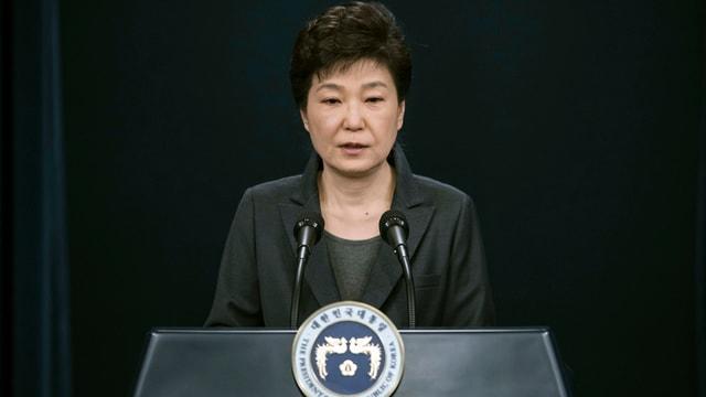 Park Geun Hye steht vor dem Rednerpult.