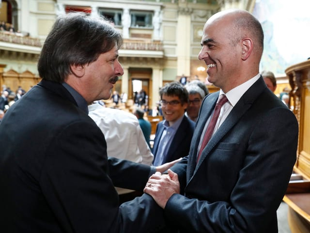 Gewerkschafter Rechsteiner gratuliert Bundesrat und Parteikollege Berset.
