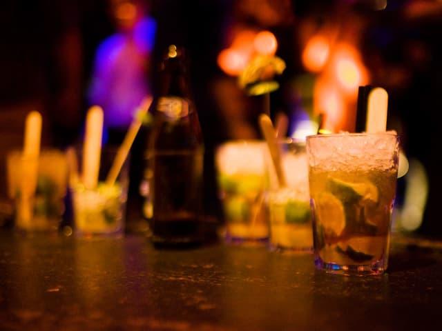 Schummriges Licht, wummernde Bässe und kühle Drinks.