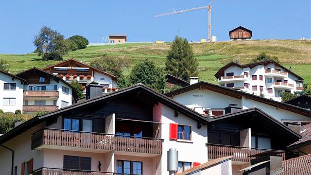 Ferienhäuser, im Hintergrund ein Baukran.