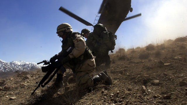 Zwei US-Soldaten vor einem Helikopter