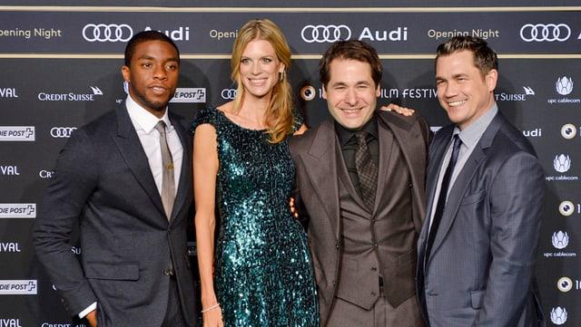 Der Hollywood-Schauspieler Chadwick Boseman und Regisseur Tate Taylor mit den Festivaldirektoren Karl Spoerri und Nadja Schildknecht auf dem grünen Teppich.