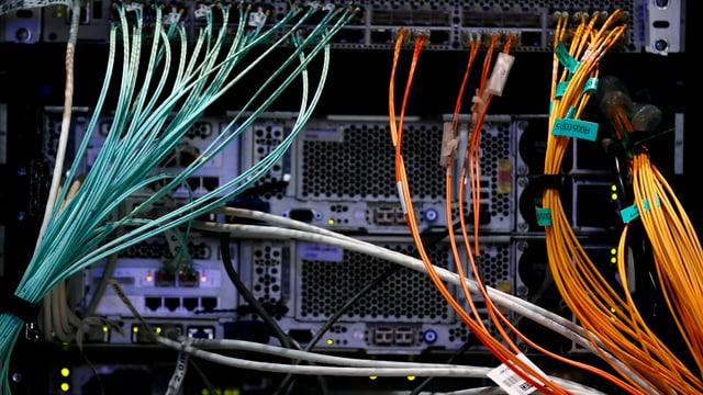 Dutzende Kabel führen zur Rückseite eines Computers.