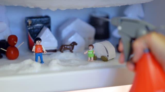 Der Start der Tiefkühlfach-Kunst. Figuren täglich mit etwas Wasser bespritzen und schon entstehen witzige Skulpturen.
