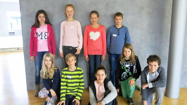 Neun Kinder zu Besuch im Regionalstudio Zentralschweiz von SRF.