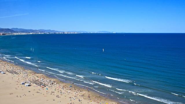 Blick von oben auf den Strand in Valencia