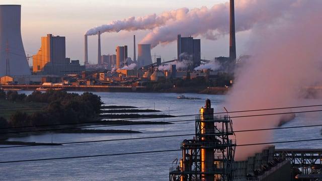 AKW und sonstige Fabriken, die Rauch ablassen.