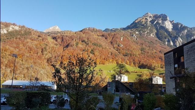 Blick von der Höhe Richtung Osten auf die Glarner Berge.