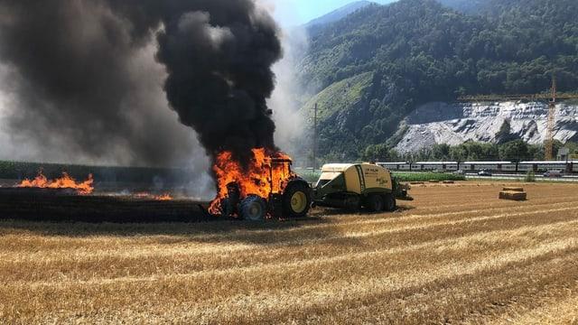 In tractor en flammas sin in er.