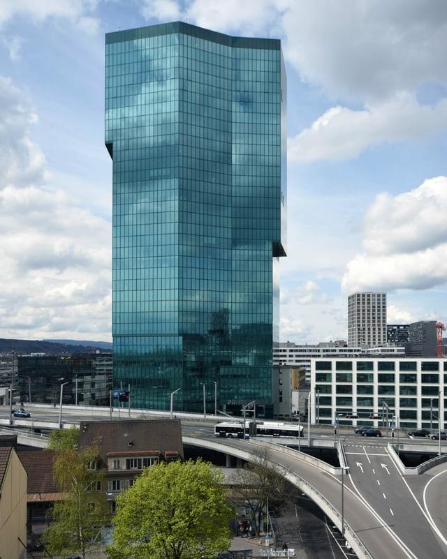 Hochhaus mit AUtobahnanschluss: Der Prime Tower in Zürich.