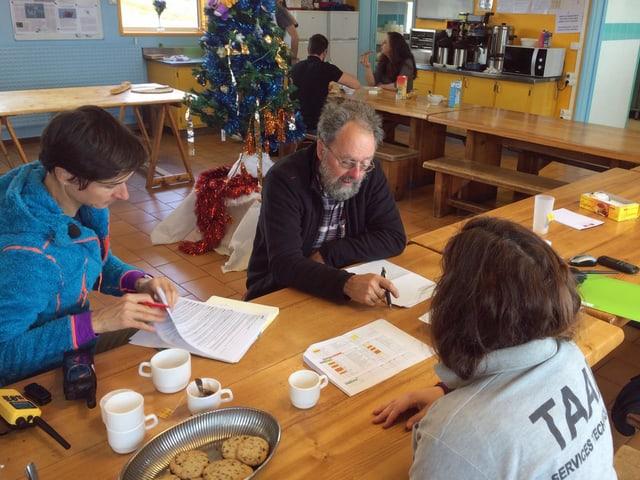 Danièle Rod (links) und David Walton verhandeln mit den Verantwortlichen der TAAF (Terres australes et antartiques françaises) die Zutrittsbedingungen für die ACE-Forscherteams.