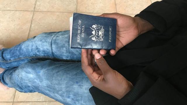 Frau mit Pass in den Händen