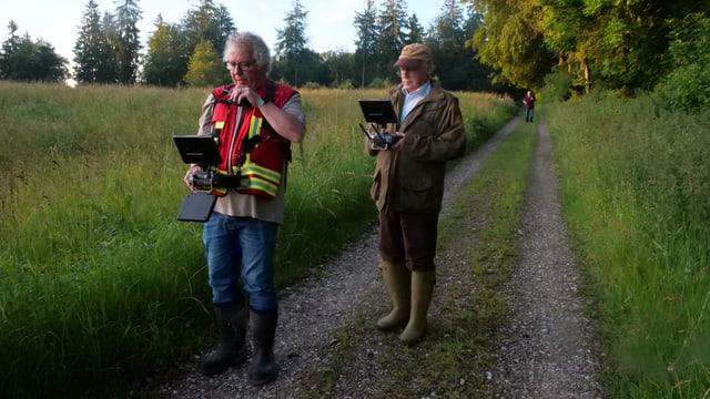 Zwei Männer auf einem Feldweg