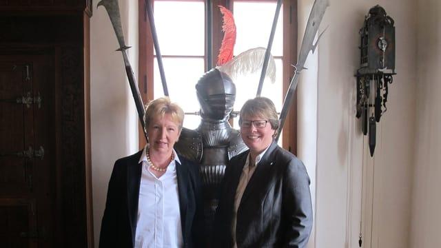 Marianne Wildi und Annemarie Wildeisen vor Ritterrüstung.