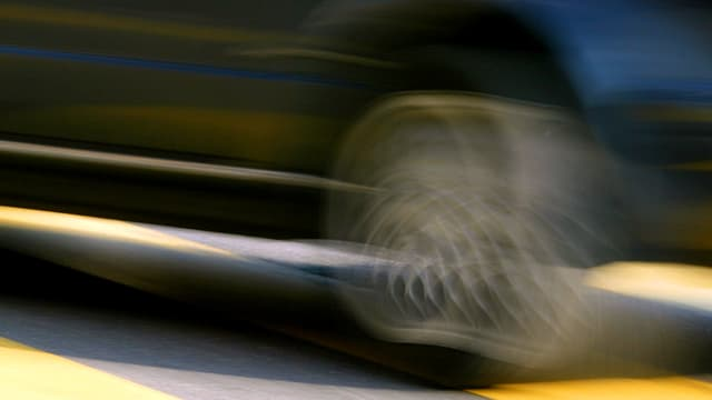 Auto fährt schnell.