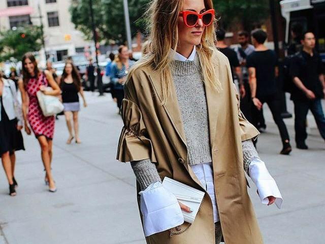 Frau in Bluse mit langen Ärmeln