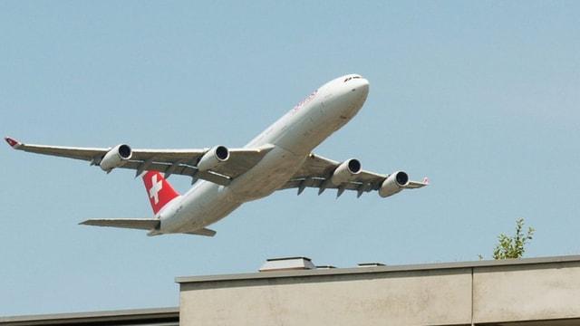 Flugzeug über Haus