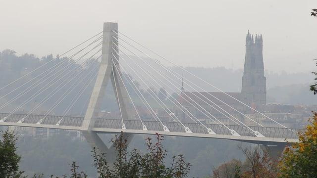 Im Vordergrund die Brücke, im Hintergrund die Kathedrale.