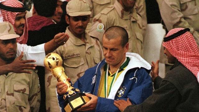 Brasiliens Captain Carlos Dunga bei der Pokalübergabe 1997.