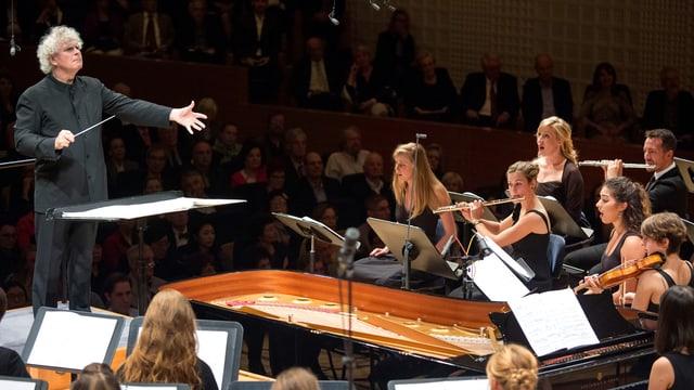 Dirigent mit Musikern und Sängern