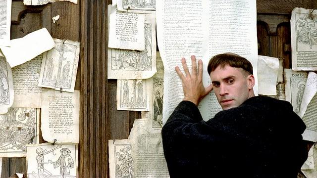 Joseph Fiennes hämmert als Luther
