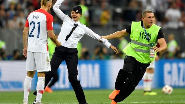 In der 52. Minute stürmten sie das Spielfeld: drei Frauen und ein Mann in Polizeiuniform.
