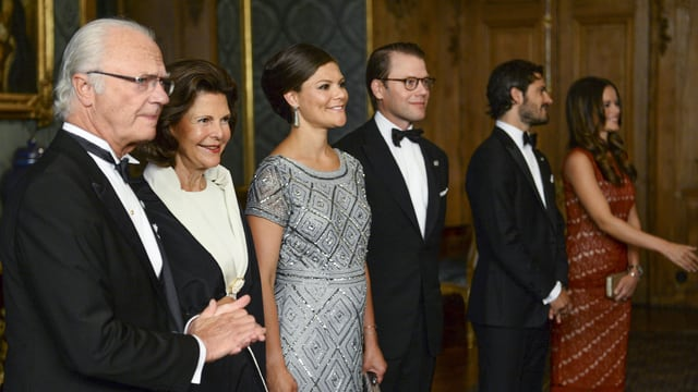 König Carl Gustaf, Königin Silvia, Kronprinzessin Victoria, Prinz Daniel, Prinz Carl Philip und Prinzessin Sofia begrüssen Gäste.