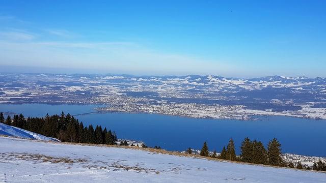 Blick auf Rapperswil SG. Weisse Winterlandschaft.