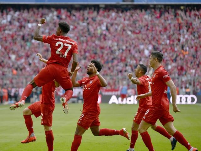 Die Bayern-Spieler jubeln nach einem Treffer.