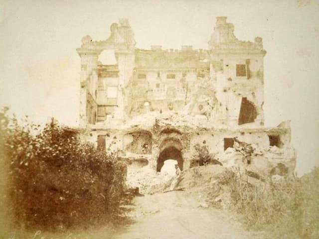 Alte Fotografie eines zerstörten Bogens.