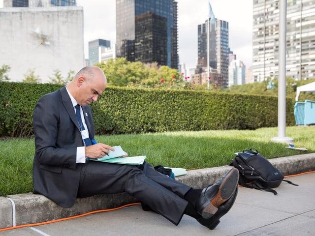 Alain Berset che fa ina curta pausa durant l'assamblea federala da l'ONU a New York.