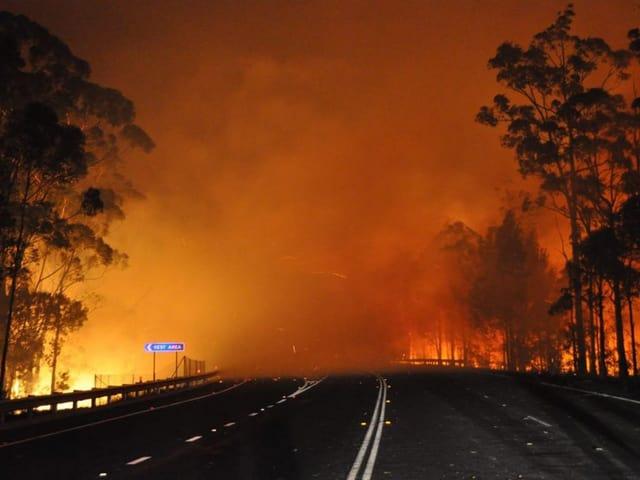Ein Highway in Australien ist vom Feuer eingeschlossen (keystone)
