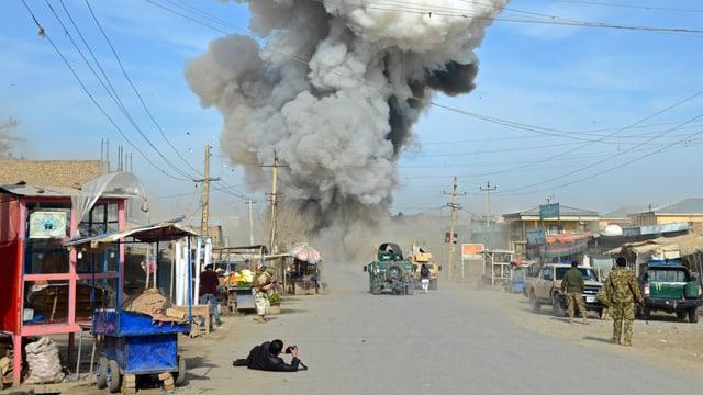entamez ina via en l'Afgahnistan, da lunsch è da vesair fim spess suenter in'attatga da bumba.