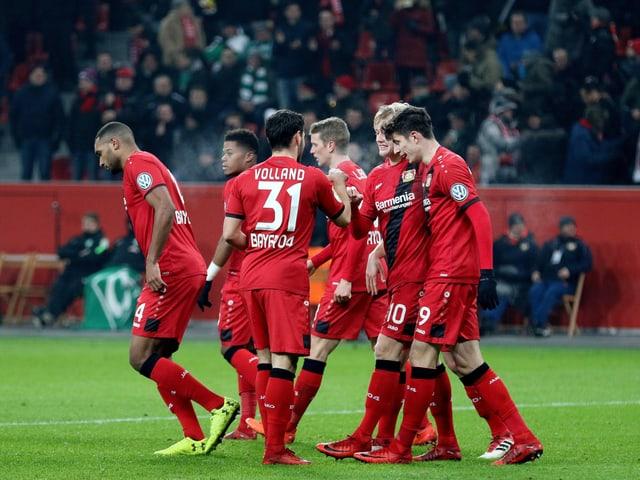 Die Spieler von Leverkusen bejubeln einen Treffer.