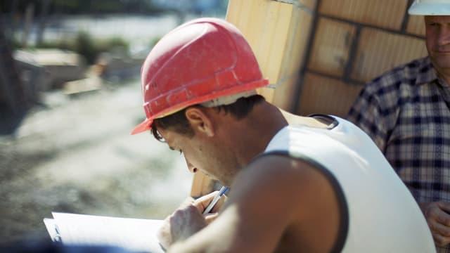 In lavurer da la branscha da construcziun che suttascriva insatge.
