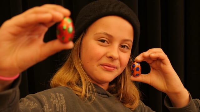 Kinderreporterin Lilly vergleicht zwei Ostereier. Fast so funktioniert es bei Witzen.
