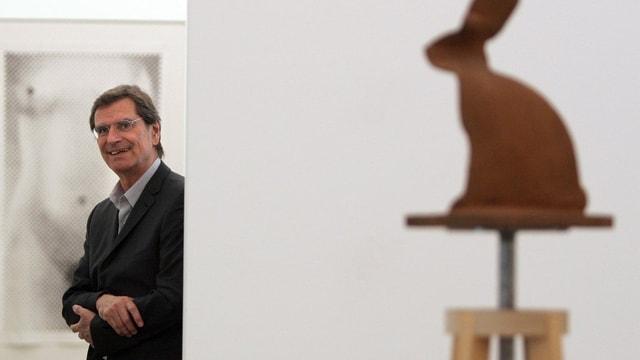 Der Künstler Markus Raetz während einer Führung durch eine Ausstellungen im Kunsthaus Aarau.