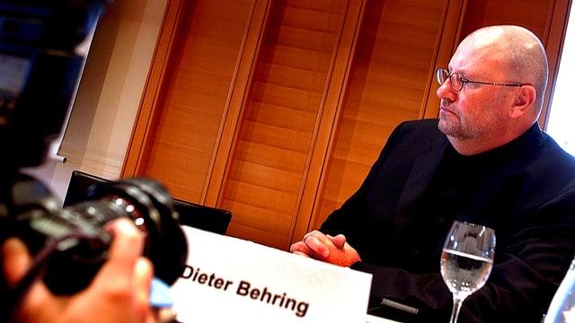Portrait des mutmasslichen Anlagebetrügers Dieter Behring an einer Pressekonferenz im Jahr 2004.