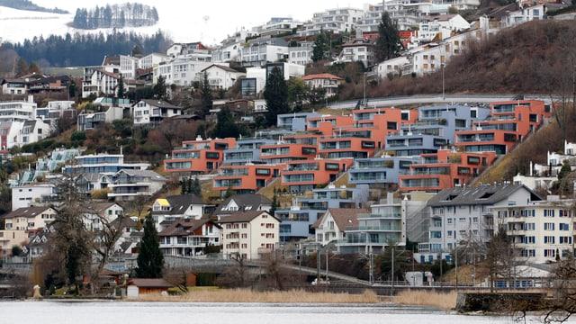 Blich auf die Hänge Wolleraus am Zürichsee, die mit neuen Einfamilienhäusern zugepflastert sind.