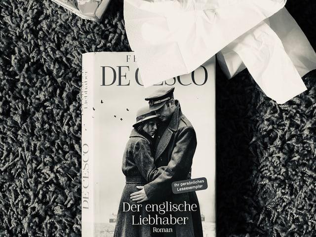 Der Roman Frederica de Cesco: «Der englische Liebhaber» liegt auf dem Teppich, zerknüllte Nastücher daneben