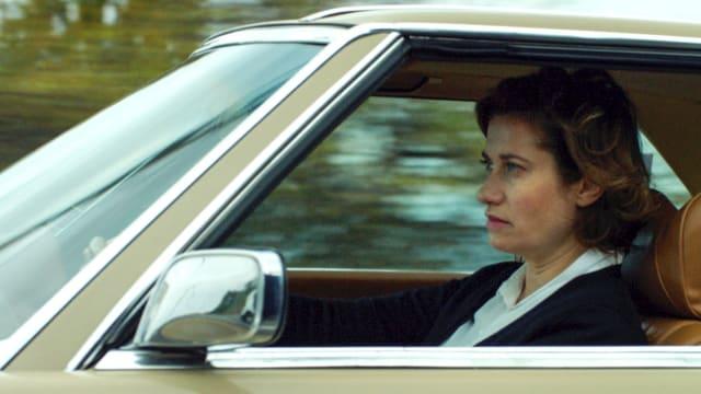 Eine Frau fährt in einem Auto.