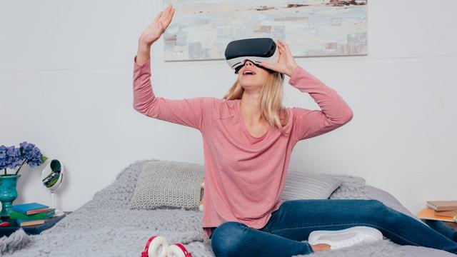 Eine junge Frau mit VR-Brille.