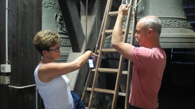 Natalija Marchenkova und Karl Schimke testen die Glocken der St.Laurenzen-Kirche