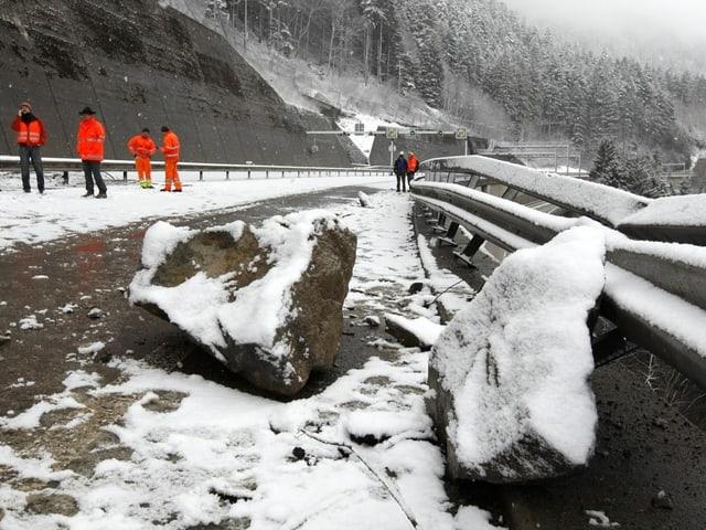 Felsbrocken auf der Autobahn A2 im Kanton Uri im Winter 2009