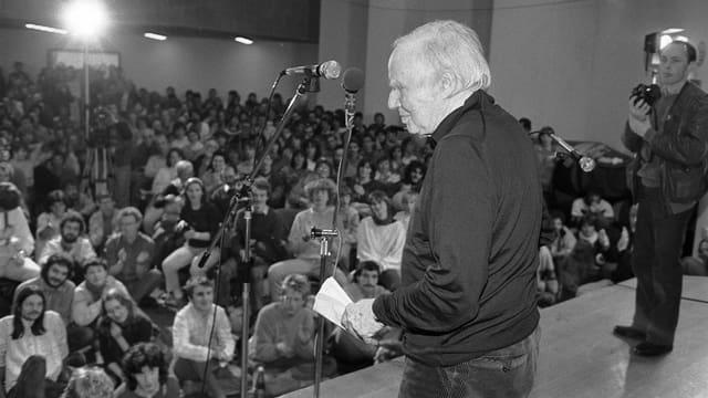 Robert Jungk am 31.3.1986 als einer der Hauptredner am Ostermarsch in Basel auf dem Podium vor vollbesetztem Saal.