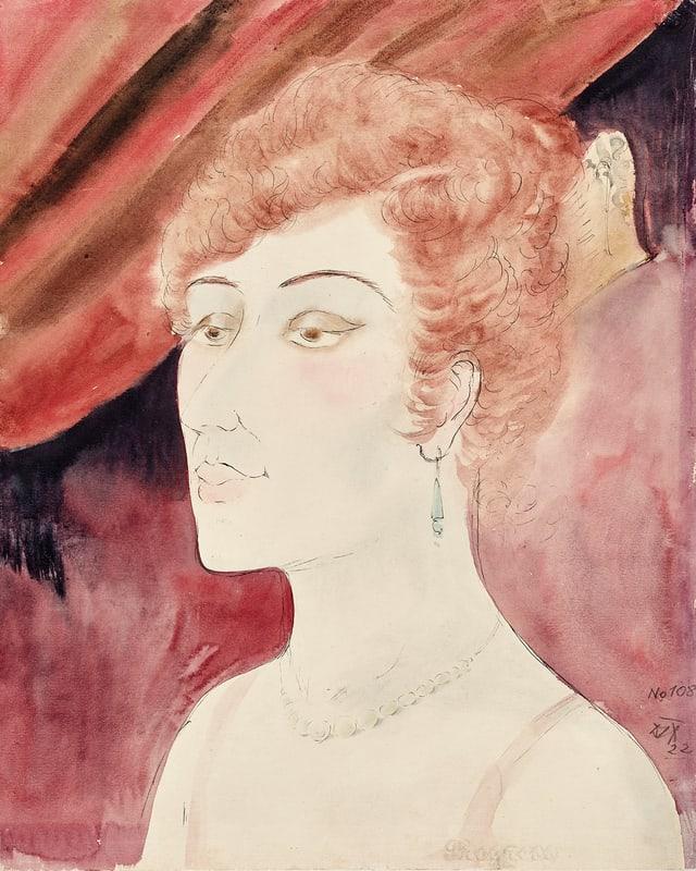 Frau mit hochgestecktem Haar vor rotem Vorhang